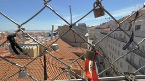 Linten en hangsloten op Santa Justa Lift in Lissabon, Portugal stock video