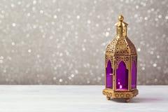 Linterna aligerada en la tabla de madera sobre fondo del bokeh Celebración del día de fiesta del kareem del Ramadán Imagenes de archivo