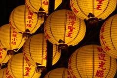 Linterna amarilla china con el templo Imágenes de archivo libres de regalías