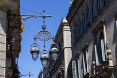 Linterna antigua en las calles de Barcelona foto de archivo