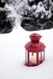 Linterna ardiente en la nieve Fotos de archivo libres de regalías