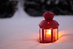 Linterna ardiente en la nieve Imágenes de archivo libres de regalías