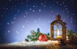 Linterna ardiente en la nieve Imagen de archivo libre de regalías