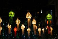 Linterna asiática colorida en pagoda tailandesa del templo en la noche Imagen de archivo
