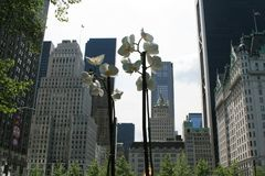 Linterna bajo la forma de flores Visión desde el Central Park a Nueva York fotografía de archivo libre de regalías