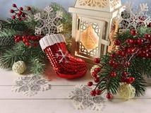 Linterna blanca con las decoraciones tradicionales de la Navidad Foto de archivo libre de regalías