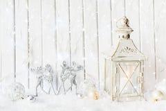 Linterna blanca con los ornamentos de la Navidad foto de archivo
