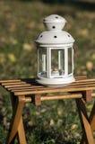 Linterna blanca en el jardín, estación de la luz de una vela del otoño Foto de archivo