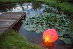 Linterna china en agua imágenes de archivo libres de regalías