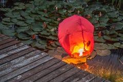 Linterna china en agua imagenes de archivo