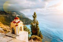 Linterna colorida de la capilla de Proskinitari en pedestal en el borde del acantilado Opinión asombrosa de la costa costa con el foto de archivo libre de regalías