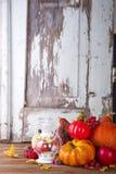 Linterna con la vela, las calabazas y las decoraciones del otoño Foto de archivo