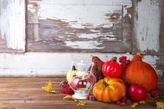 Linterna con la vela, las calabazas y las decoraciones del otoño Imagenes de archivo