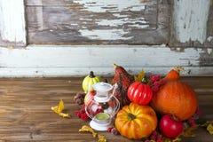 Linterna con la vela, las calabazas y las decoraciones del otoño Imagen de archivo libre de regalías