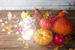 Linterna con la vela, las calabazas y las decoraciones del otoño Imagen de archivo