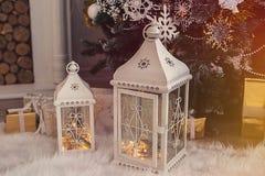 Linterna con las nevadas, primer de la Navidad imagen de archivo libre de regalías
