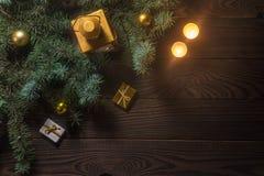 Linterna con una vela y una rama de árbol de navidad en una tabla de madera Imagen de archivo