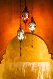 Linterna de cobre amarillo con el fondo vivo Fotos de archivo libres de regalías