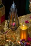 Linterna de cristal del oro al lado de una vela imagen de archivo libre de regalías