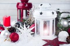 Linterna de Cristmas con las decoraciones y la nieve Imagen de archivo libre de regalías