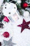 Linterna de Cristmas con las decoraciones y la nieve Foto de archivo libre de regalías