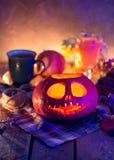 Linterna de Jack de la calabaza de la noche de Halloween imagenes de archivo
