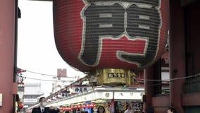 Linterna de Kaminarimon con la calle de Nakamise en el fondo metrajes