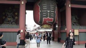 Linterna de Kaminarimon con la calle de Nakamise en el fondo almacen de video