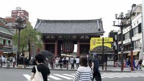 Linterna de Kaminarimon con la calle de Nakamise en el fondo almacen de metraje de vídeo