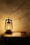 Linterna de keroseno en la tabla de madera Foto de archivo libre de regalías
