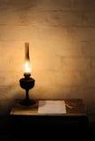 Linterna de keroseno en la tabla de madera Imagenes de archivo