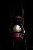 Linterna de keroseno roja vieja Fotografía de archivo libre de regalías