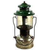 Linterna de keroseno vieja de dos chimeneas usada para acampar Foto de archivo libre de regalías