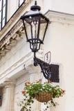 Linterna de la calle con las flores del geranio Foto de archivo libre de regalías