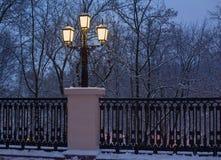 Linterna de la ciudad en noche del invierno Fotos de archivo