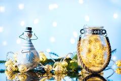 Linterna de la Navidad con las luces de una guirnalda y de un muñeco de nieve Foto de archivo libre de regalías