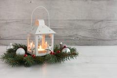 Linterna de la Navidad del Lit en las ramitas adornadas del árbol de abeto Imagenes de archivo