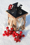 Linterna de la Navidad en fondo nevoso imagenes de archivo