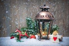 Linterna de la Navidad en la nieve Fotos de archivo