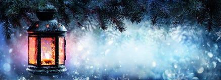 Linterna de la Navidad en nieve imágenes de archivo libres de regalías