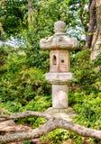 Linterna de la piedra del estilo japonés en el jardín japonés Imagenes de archivo
