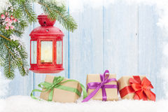 Linterna de la vela de la Navidad, cajas de regalo y árbol de abeto Fotografía de archivo