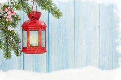 Linterna de la vela de la Navidad en nieve Fotos de archivo