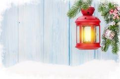 Linterna de la vela de la Navidad en rama de árbol de abeto Fotos de archivo libres de regalías