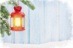Linterna de la vela de la Navidad en rama de árbol de abeto Fotografía de archivo