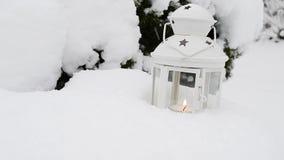 Linterna de la vela en la nieve Fotografía de archivo