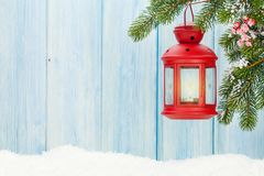 Linterna de la vela de la Navidad en árbol de abeto Imagenes de archivo