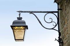 Linterna de la vendimia contra el cielo azul Fotos de archivo