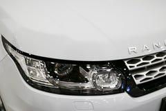 Linterna de la vista delantera de una tierra blanca Rover Range Rover Sport 2017 Detalles del exterior del coche Foto de archivo libre de regalías