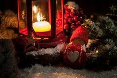 Linterna de las decoraciones de la Navidad con la vela, las luces y el juguete Fotografía de archivo libre de regalías
